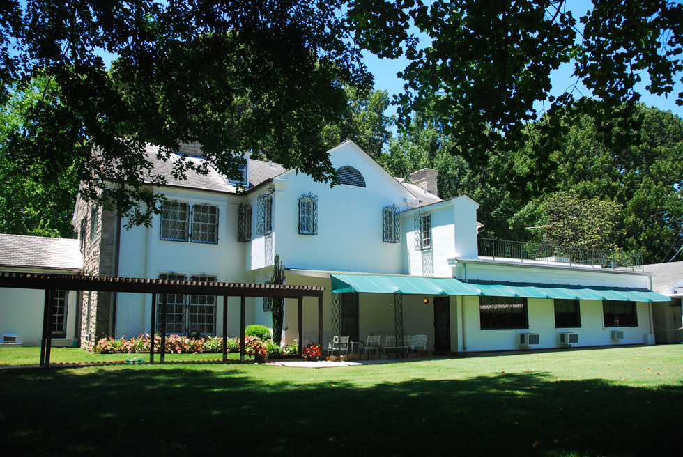 Graceland Mansion from Outside