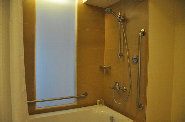 Holiday Inn & Suites Makati Bathroom