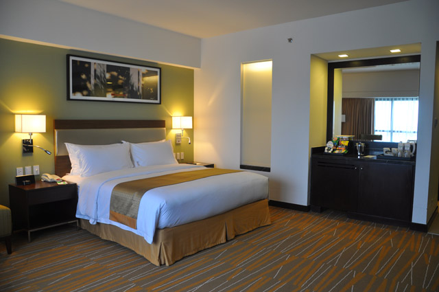 Holiday Inn & Suites Makati Bedroom