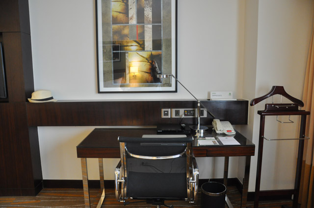 Holiday Inn & Suites Makati Desk in Bedroom