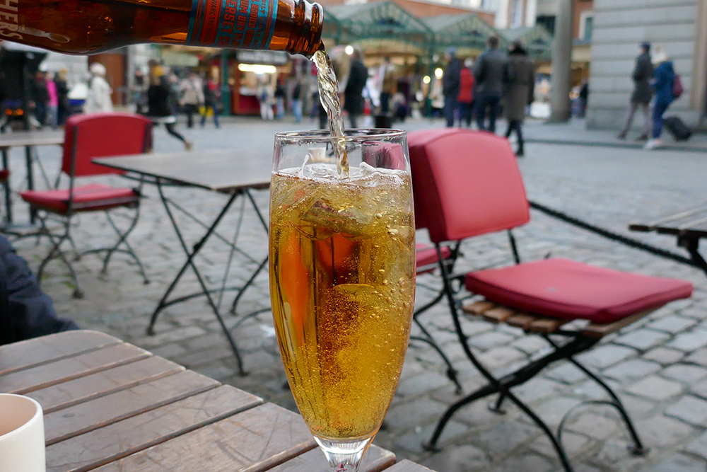4K Photography Examples - Pouring a Cider in Covent Garden, London